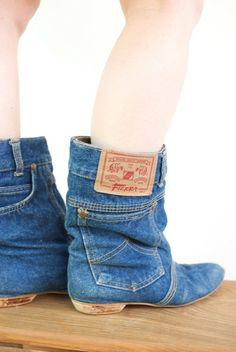Jeans that we all have at our home. Some old and favorites jeans. Our comfortable, stylish, elegant and fit just right pair of blue jeans. But there a time Artisanats Denim, Denim Boots, Jeans And Boots, Jeans Shoes, Denim Purse, Denim Shirt, Blue Denim, Crazy Shoes, Me Too Shoes