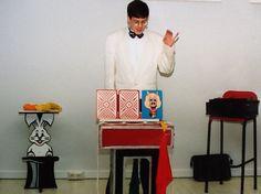 Goochelaar Aarnoud Agricola vertoont de goocheltruc met de drie biggen tijdens het voorprogramma van een sinterklaasfeest bij een bedrijf in Apeldoorn in het begin van de jaren '90.