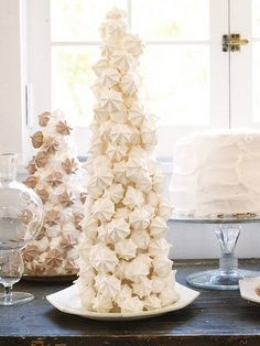 White Meringue Christmas Tree- would be so pretty on a holiday buffet! Christmas Goodies, Christmas Treats, Christmas Baking, Christmas Decorations, Table Decorations, Holiday Treats, Christmas Tree Dress, Christmas Holidays, Xmas Tree