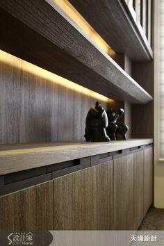 今天小編要帶大家看的是座落於嘉義市東區一處透天別墅新成屋,擁有近百坪的空間。屋主對於生活細節講究且相當注重視覺美感,也喜歡低調奢華的居家風格,設計師要如何利用多元的建材與設計,來滿足屋主的夢想呢?  設計師將空間化為 4 房 3 廳的格局,並以低調的奢華風作為整體空間的主軸,挑高的客廳以自然木質作為沙發背牆傳遞出樸實溫潤氣息,而電視牆則以大理石為襯底,搭配上簡約而俐落的設計家具與裝置藝術,讓空間鋪陳出大器沉穩卻奢華的�%B