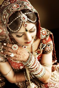 Indian bride - love her mehndi and nail, truly beautiful. Beauty And Fashion, Covet Fashion, Mehndi Designs, Indian Dresses, Indian Outfits, Moda Indiana, Indian Nose Ring, Indian Bridal Wear, Bride Indian