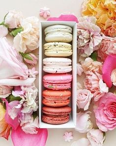 macarons and flowers Dessert Simple, Macaron Boxes, 8th Of March, Jolie Photo, Party Desserts, New Years Eve Party, Pretty Cakes, High Tea, Diy Food