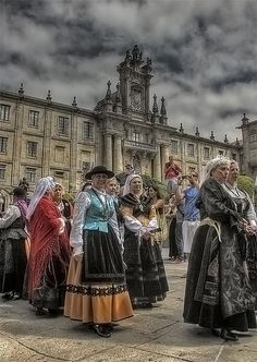 Regional dress of Galicia in northwestern Spain. Muñeiras en HDriño by Lui G… People Around The World, Travel Around The World, Around The Worlds, Tenerife, Regional, Cities, Guernica, Spain And Portugal, North Africa