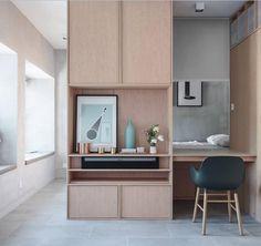 Todo mundo precisa de um espaço em casa para organizar trabalho/estudo... gostam desse? Gostei das cores e da ideia de aproveitar a profundidade dos armário  #homeoffice #decor  Ideas and inspiration for a home office I like this one by JAAK Studio.