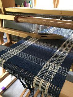 Weaving Designs, Weaving Projects, Weaving Patterns, Weaving Loom Diy, Hand Weaving, Weaving Machine, Weaving Textiles, Tear, Weaving Techniques