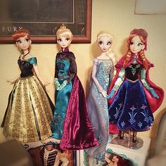Here they are! FINALLY took the time to take I pic of all four Disney Store Limited Edition Frozen Dolls. - Coronation Anna - Coronation Elsa - Snow Queen Elsa - Nordic Anna | Flickr: Intercambio de fotos