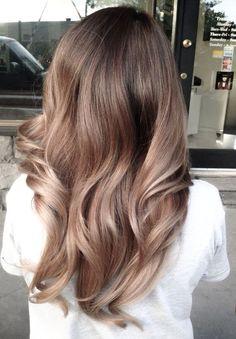 Модная стрижка и актуальный цвет волос — одна из важнейших составляющих стильного образа для любой девушки. Правильно подобранная прическа и удачное окрашивание превращают нас в настоящих королев красоты, а не слишком удачный выбор тона и стиля укладки вполне способны испортить даже самую привлекате