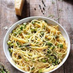carbonara-sparanghel-detaliu Pasta Recipes, Bread Recipes, Cooking Recipes, Parmezan, Biscuits, Food And Drink, Dishes, Chicken, Ethnic Recipes