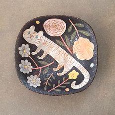 illustration on pottery Pottery Kiln, Pottery Plates, Ceramic Plates, Ceramic Art, Kagoshima, Art Addiction, Sgraffito, Sketchbook Inspiration, Ceramic Design