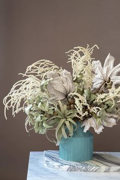 Wedding Flower Arrangements 7 Dried Flower Arrangements to Inspire Your Fall Decorating - Uncommonly beautiful in shape and form, fall is the time to use—and reuse! A set of interior designers make the case. Flower Arrangement Designs, Dried Flower Arrangements, Dried Flowers, Flower Vases, Flower Designs, Flower Art, Flower Bouquets, Amazing Flowers, Beautiful Flowers