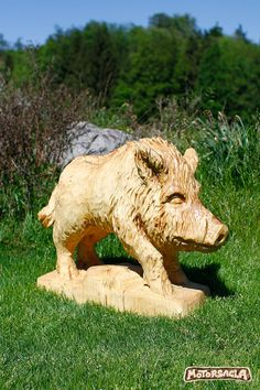Sau  #schwein #sau #schnitzen #schnitzen #holz #pig #wood #madeofwood #handgemacht #rohstoff #woodenanimal #motorsägenschnitzen #woodcarving #wildboar #wildschwein Diy Crafts To Do, Wood Carving Art, Wild Boar, Driftwood Art, Chainsaw, Lion Sculpture, Woodworking, Chinese Zodiac, Fondant