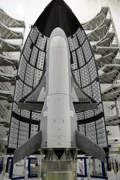 Un X-37B installé sur l'étage supérieur de son lanceur et prêt pour être mis sous coiffe. © U.S. Air Force