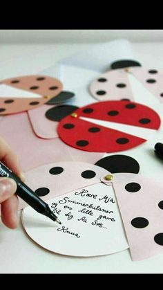 DIY ladybug party invites (via Marie Marie Morolle). - Miriam Make Up-Hair - DIY ladybug party invites (via Marie Marie Morolle). DIY ladybug party invites (via Marie Marie Morolle). Kids Crafts, Diy And Crafts, Craft Projects, Diy Paper, Paper Crafting, San Valentin Ideas, Tarjetas Diy, Diy Cards, Homemade Cards