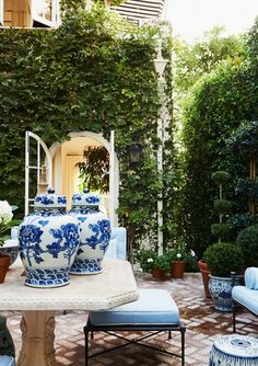 How To Create The Mark D Sikes Look For Your Patio Furniture - Gorgeous patio and beautiful Blue and white Chinoiserie porcelains