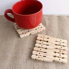 Sotto tazza fatti con le mollette da bucato in legno.