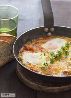 Huevos al plato al estilo vasco-francés. Egg Recipes, Kitchen Recipes, Mexican Food Recipes, Cooking Recipes, Healthy Recipes, My Favorite Food, Favorite Recipes, Good Food, Yummy Food