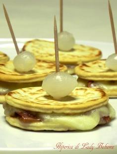 Italian food - Antipasti caldi veloci: mini piadine al prosciutto crudo e mozzarella