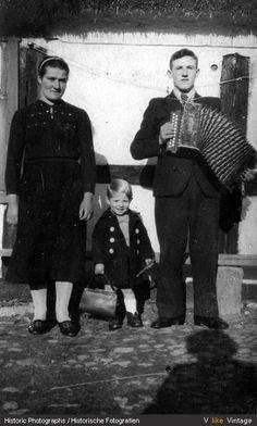 Musikant und Publikum, Falkenhagen, Kreis Rummelsburg, Pommern, 1940