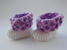 Botinha para bebê, em crochê, nas cores branco, rosa, lilás . em lã importada.Mede 8cm.x4cm. de solado. Corresponde ao número 14, serve em bebê RN a 2 meses. Medir o pezinho do bebê, do dedão ao calcanhar, antes de fazer o pedido. Lavar a mão, não usar alvejante,secadora e máquina de lavar.