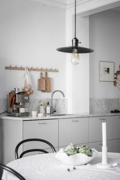 Cozy white home Kitchen Interior, Interior Design Living Room, Kitchen Decor, Cocinas Kitchen, Red Kitchen, White Houses, Interior Inspiration, Home Kitchens, House Styles