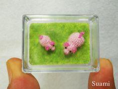 Hier ist eine super kleine und süße Sau Mama und ihre Ferkel.    Die kleinen rosa Schweinchen sind durch einzelne Stränge der Stickerei Threads gehäkelt.