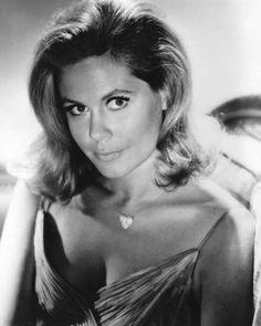 Elizabeth Montgomery, née le 15 avril 1933 à Los Angeles Californie et décédée le 18 mai 1995 à Beverly Hills Californie, est une actrice de télévision principalement, mais aussi de cinéma, .