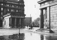 1936 Leipziger Platz,die beiden Schinkelschen Wachhaeuser,die bis etwa 1866 wegen der Zoll- und Akzisesteuer hier Dienst taten.