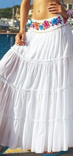 lengthen a skirt by adding a new yoke/waistband, and makignit different if the same fabric cannot be found Hippie Style, Gypsy Style, Bohemian Mode, Bohemian Style, Boho Chic, Maxi Skirt Outfits, Dress Skirt, Bohemian Schick, Böhmisches Outfit