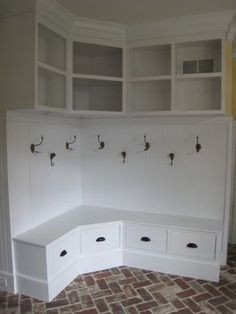 Corner Mudroom Bench / front entrance