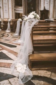 tulle ceremony decorations // photo: serena cevenini http://weddingwonderland.it/2015/03/matrimonio-romantico-orchidee.html