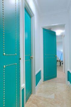 Bright hallway doors: Modern Interior Design project in Miami, FL Front Door Paint Colors, Painted Front Doors, Turquoise Door, Decoration Chic, Do It Yourself Baby, Azul Tiffany, Deco Design, Design Miami, Nailhead Trim