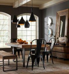 salle à manger moderne sombre avec peinture murale marron, table à manger, banc et chaises de style rustique et suspensions en noir et orange