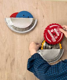 Store circular tools: Cut a pie pan in half, and secure the finished edges with staples or duct tape, open-side up, to a workshop wall. Use it to hold saw blades and sanding disks. Workshop Organization, Garage Organization, Organizing Ideas, Garage Shed, Garage Workshop, Aluminum Pie Pans, Tool Storage, Storage Ideas, Pie Tin