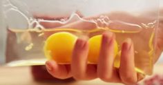 Pone 2 huevos en una bolsa plástica y sacude. ¿Al entender por qué? Esto lo tengo que hacer el fin de semana.