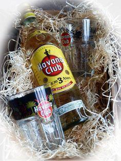 In diesem Geschenkset erhalten Sie einen echten kubanischen Rum zusammen mit zwei original Havana Club Fan Editiongläser.