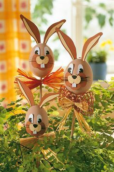 Die schönsten Deko-Ideen für Ostern That's the way your eggs have never looked. The funny Easter bunny sticks are great in the plant pot or in the garden. Easter Eggs Kids, Easter Egg Crafts, Easter Art, Bunny Crafts, Kids Crafts, Easter Ideas, Easter Table, Easter Decor, Spring Crafts