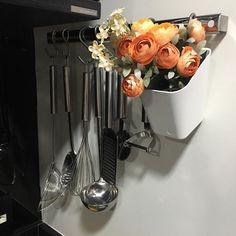 Organização e Decoração andam juntas ... Cantinho especial da minha cozinha ( vasinho- @leroymerlinbrasil | flores @tokstok | barra de inox @brinoxoficial ) #organização #decoração #organizesemfrescuras #cozinha #charminho