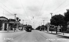 Imagem 1 de 14 da galeria de Avenida Paulista através de seus antigos casarões. Avenida Paulista na década de 1910, apenas bondes e pedestres. Image Cortesia de São Paulo Antiga