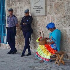#cuba #havana #america #travel #color #people #architecture #streetvendor #old #city #streetphotographer #streetphotography