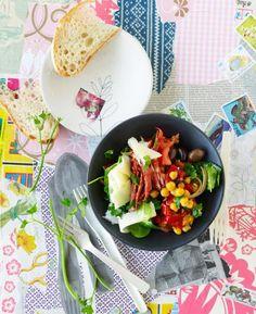 Salat mit Kichererbsen, Spinat, Chorizo, Oliven und Manchego-Käse.