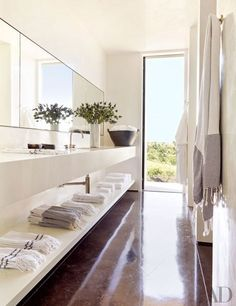 Bathroom in designer Sara Story's Texas weekend home | Arrchitecture by Lake|Flato | Photo: Pieter Estersohn