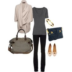 Airplane outfit black skinnies, neutral flats, t-shirt, cocoon sweater. Little Fashion, Look Fashion, Autumn Fashion, Womens Fashion, Airplane Outfits, Travel Clothes Women, Travel Outfits, Travel Wardrobe, Travel Wear
