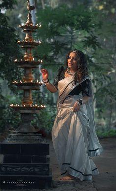 Indian Photoshoot, Saree Photoshoot, Wedding Photoshoot, Indian Bridal Fashion, Indian Fashion Dresses, Cute Girl Poses, Girl Photo Poses, Photo Shoot, Photography Poses Women