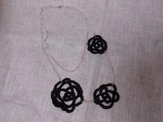 Collana a due fili con fiori utilizzando filo nero metallico