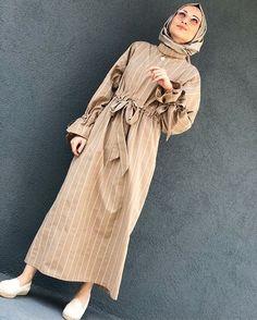 Camel çizgili elbiseyi sizlerin beğenisine sunuyorum😇 Siparişlerinizi Dm... ,  #beğenisine #camel #Çizgili #DM #elbiseyi #enisine #izgili #sipari #Siparişlerinizi #Sizlerin #sunuyorum Niqab Fashion, Modern Hijab Fashion, Modest Fashion, Hijab Wear, Hijab Dress, Hijab Outfit, Turkish Fashion, Islamic Fashion, Muslim Fashion