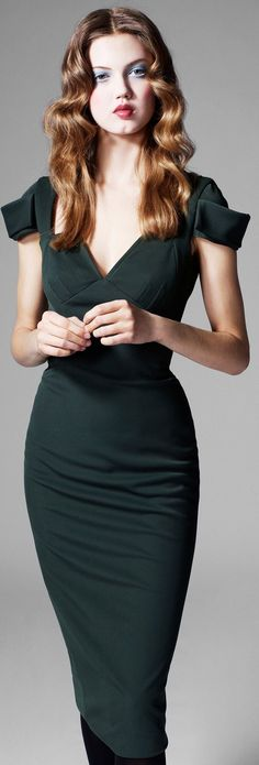 Black pencil dress with structure. Où quand la coupe fait la petite robe noire.