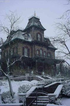 this is archetype of spooky house - clever of Mr Disney. I have done my own design and sketch, see nearby. Spooky House, Creepy Houses, Old Abandoned Houses, Abandoned Buildings, Abandoned Places, Abandoned Castles, Beautiful Buildings, Beautiful Homes, Beautiful Places