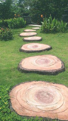 Simple And Best Garden Walkway Ideas – Gardeners' Guide – diy garden landscaping Garden Paving, Garden Paths, Garden Stones, Diy Garden, Garden Projects, Garden Urns, Log Projects, Backyard Patio, Backyard Landscaping