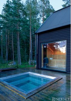 A big sauna with a huge window looking out on the forest and the outdoor hot tub that's big enough for many people to warm up from the cold. This could also be used as a cold pool for dunking after sweating in the sauna. Saunas, Dipping Pool, Outdoor Sauna, Jacuzzi Outdoor, Sauna Design, Small Pools, Plunge Pool, Pool Designs, Pergola Designs