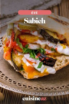 Le Sabich est un sandwich du Moyen-Orient. Il est composé d'un pain pita garni entre autre avec des aubergines et des œufs durs. #recette#cuisine#sandwich #painpita#aubergine #oeuf Pain Pita, Sandwiches, Food, Middle East, Eggplants, Essen, Meals, Paninis, Yemek